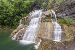 Baje las caídas en el parque de estado de Roberto H Treman foto de archivo
