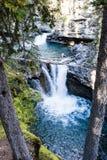 Baje las caídas en Johnston Canyon, parque nacional de Banff, Alberta Imagen de archivo libre de regalías