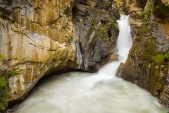 Baje las caídas en Johnston Canyon, parque nacional de Banff, Canadá Foto de archivo