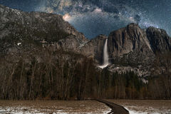 Baje las cataratas de Yosemite con el cielo nocturno de la vía láctea Fotos de archivo libres de regalías