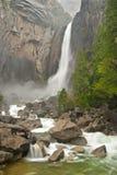 Baje las cataratas de Yosemite en flujo completo imagen de archivo