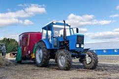 Baje Tavda, Rusia - 6 de agosto de 2017: Tractor Imágenes de archivo libres de regalías