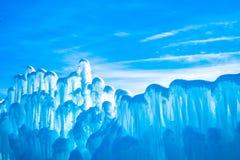 Bajecznie abstrakcjonistyczny bławy tło obrazek z wierzchołkiem lód zrobił ścianie i niebieskiemu niebu zdjęcie stock