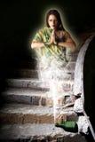Bajecznie dziewczyna krasnoludkowie z butelki w zaniechanym pokoju Zdjęcia Stock