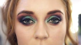 Bajecznie jaskrawa z włosami kobieta z pięknym zielonych oczu makeup otwiera ona oczy Frontowy widok zbiory