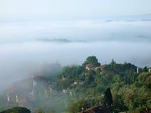Bajecznie krajobraz mgłowy ranek w Tuscany. obrazy stock