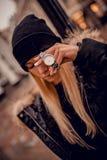 Bajecznie srebny zegarek na kobiety ręce obrazy royalty free