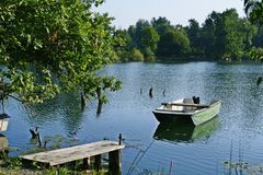 Bajerji λιμνών ψαριών της Σλοβενίας Vrhnika, βάρκα λιμνών, αποβάθρα Στοκ Φωτογραφία