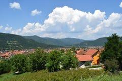 Bajina Basta stad, med härliga moln royaltyfri fotografi
