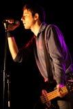 Bajista que canta Fotografía de archivo libre de regalías
