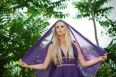 Bajka - portret kobieta w purpurach z przesłoną Zdjęcie Royalty Free