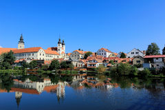 Bajki grodowy i stary grodzki miasto z nadjeziornym lustrzanym odbiciem w Telc, republika czech Fotografia Stock