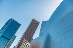 Bajo-ángulo de Walt Disney Concert Hall contra el cielo imagenes de archivo