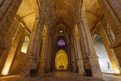 Bajo-ángulo tirado dentro de la abadía de Fontfroide Fotografía de archivo libre de regalías