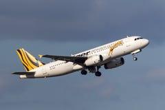 Bajo aeropuerto internacional de salida de Tiger Airways Airbus A320-232 VH-VNH Melbourne de la línea aérea del costo Imagen de archivo