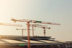 Bajo construcción del metal del marco de los edificios de acero al aire libre con la grúa imagen de archivo libre de regalías