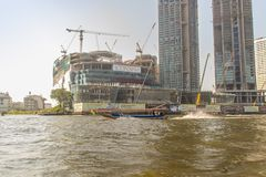 Bajo construcción del proyecto de ICONSIAM, un desarrollo futuro del mezclado-uso en los bancos de Chao Phraya River en Bangkok,  foto de archivo
