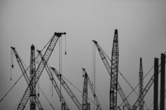 Bajo construcción - varias grúas en el trabajo foto de archivo libre de regalías