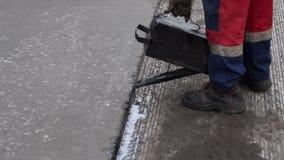 Bajo construcci?n Trabaje los detalles, trabajadores vierten la superficie de la carretera de la resina para cubrir el asfalto almacen de metraje de vídeo