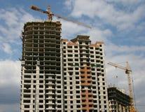 Bajo edificios de la construcción. Foto de archivo