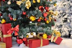 Bajo el árbol de navidad Foto de archivo libre de regalías