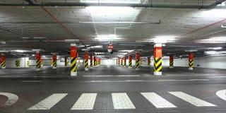 Bajo el aparcamiento de tierra foto de archivo