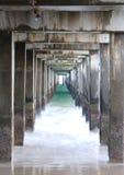 Bajo el paseo marítimo Fotos de archivo