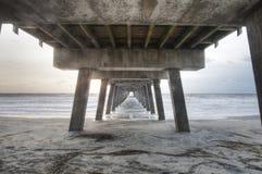 Bajo el paseo marítimo Foto de archivo