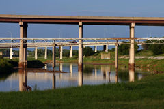 Bajo el puente céntrico Foto de archivo libre de regalías