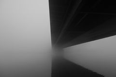 Bajo el puente con la parte 2 de la niebla Foto de archivo