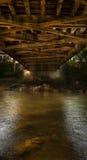 Bajo el puente cubierto Fotos de archivo libres de regalías