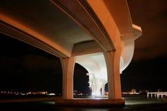 Bajo el puente en la noche foto de archivo