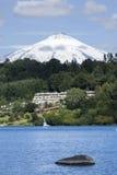 Bajo el volcán de Villarrica imagen de archivo libre de regalías