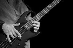 Bajo-guitarra en las manos masculinas Foto de archivo