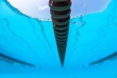 Bajo imagen de la foto de la etiqueta de plástico de carril de la piscina de agua Foto de archivo libre de regalías