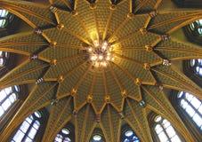Bajo la bóveda del parlamento húngaro fotos de archivo