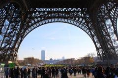 bajo la torre Eiffel Imágenes de archivo libres de regalías