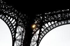 Bajo la torre Eiffel - silouette del hierro labrado Fotografía de archivo