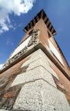 Bajo la torre medieval foto de archivo libre de regalías