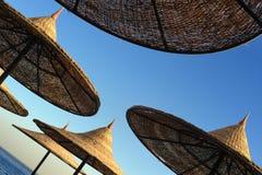 Bajo los parasoles de playa Imágenes de archivo libres de regalías