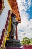 Bajo mirada de la pagoda de la visión con el fondo del cielo azul fotografía de archivo libre de regalías