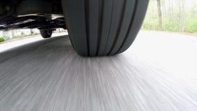 Bajo opinión del coche del neumático en una calle suburbana almacen de metraje de vídeo