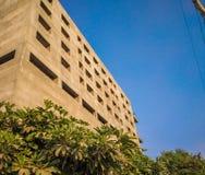 bajo parte inferior del edificio de la construcción a rematar fotografía de archivo