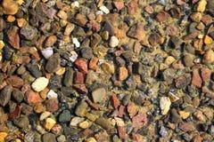 Bajo piedras del agua Foto de archivo libre de regalías