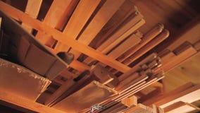 Bajo techo en los estantes son los espacios en blanco de madera para la producción de productos de madera Departamento de madera metrajes