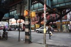Bajo un tren elevado en New York City Fotografía de archivo