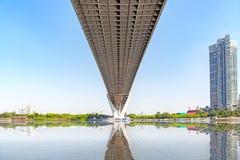 Bajo vista del puente de Bhumibol en Bangkok Tailandia Imágenes de archivo libres de regalías