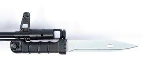 Bajonett för ryss som AK74 är inpassad till kalashnikoven Fotografering för Bildbyråer