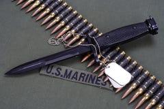 bajonett, hundetiketter och ammunitionbälte på enhetlig bakgrund för USA-FLOTTOR fotografering för bildbyråer