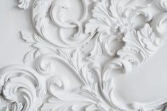 Bajorrelieve blanco de lujo del diseño de la pared con el elemento del roccoco de los moldeados del estuco Imagen de archivo